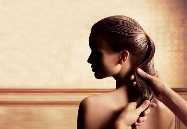 Наносят масло на волосы