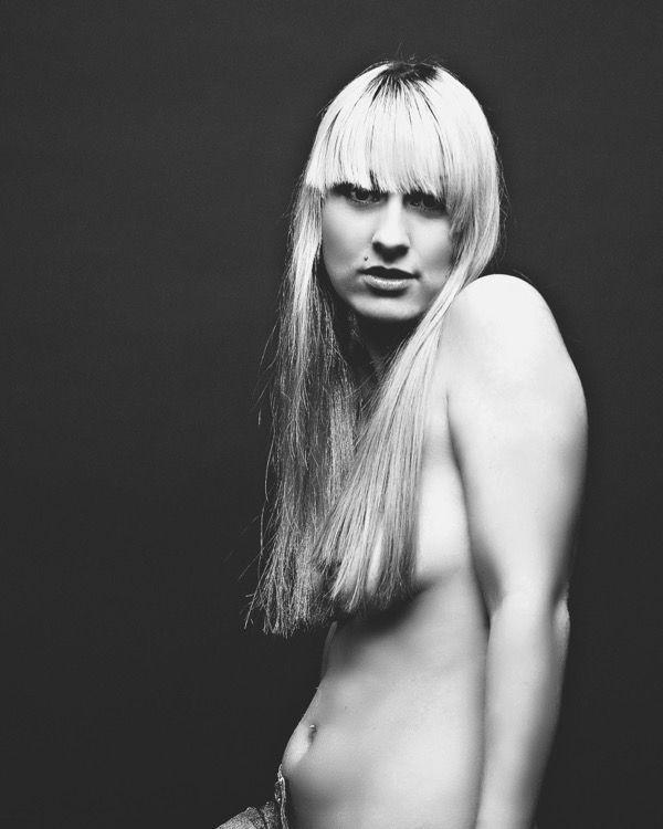 blondinka-seksualnie-i-krasivie-volosi-2015-33