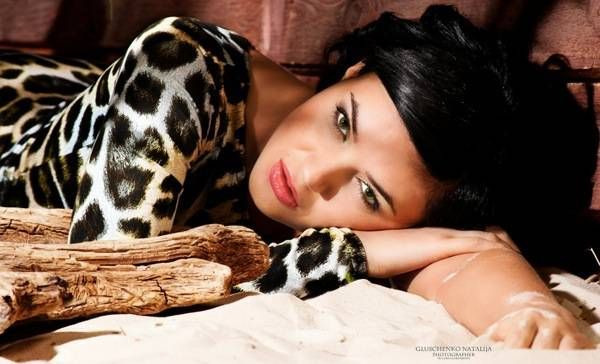 brunetka-s-seksualnimi-volosami25
