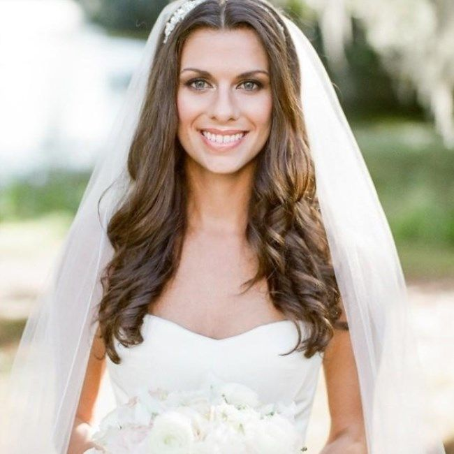 И прическа видна красивая, и фата есть - мечта любой невесты и еще мечта каждого парикмахера. Иногда очень красивую прическу прям аж скрипя сердцем