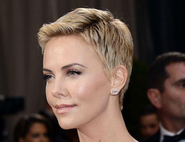 Как отрастить волосы с короткой стрижки со стилем? Уроки от шарлиз терон