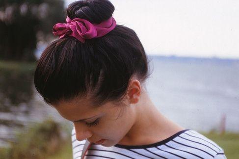 Стильный пучок на средние волосы