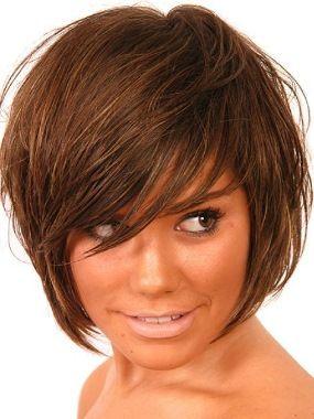Косое каре с косой челкой на темных волосах