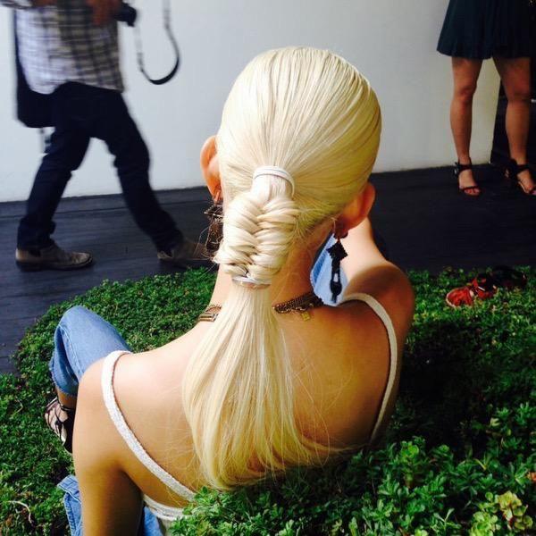 Прическа на средние и длинные волосы: низкий хвост с плетением