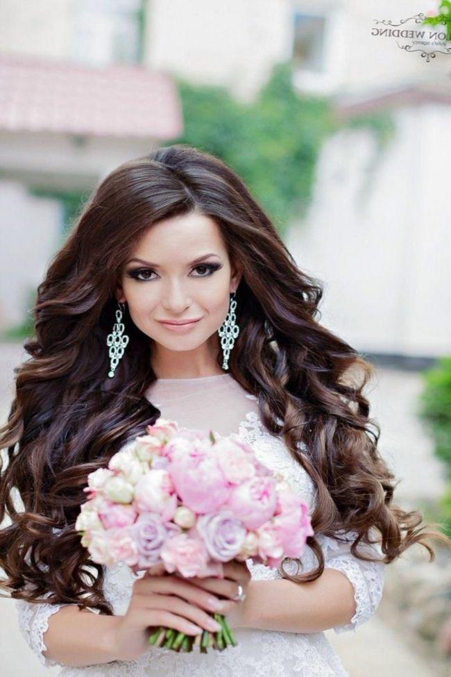 Необычные свадебные прически для длинных волос. Не все невесты являются ценителями классики и выбирают белые платья, поэтому экстравагантная прическа