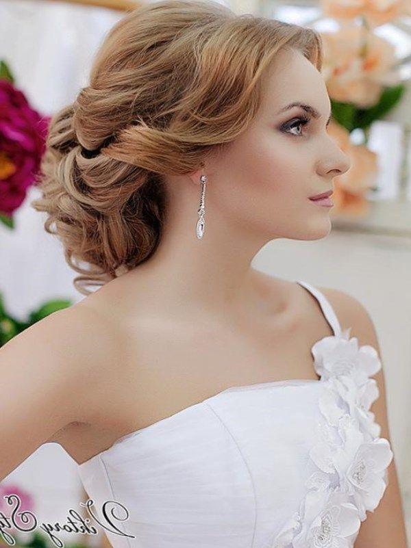 Свадебные прически на длинные волосы всегда смотрятся красиво, но свадебные локоны на длинные волосы дают праздничный и незабываемый эффект, и идут к любой