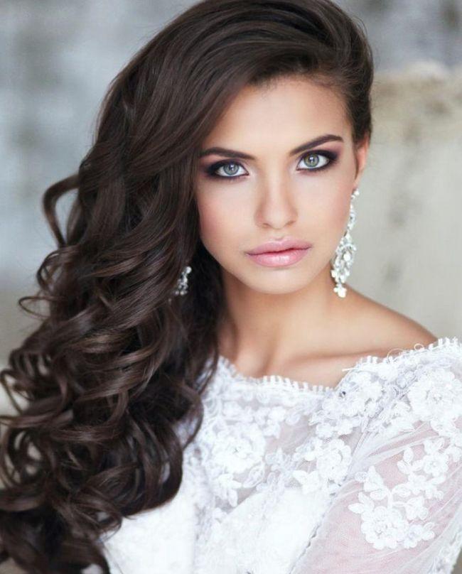 Свадебную прическу на средние волосы с фатой или без нее можно сделать в стиле ретро, который особо популярен среди невест. Ретро-прически идеальны для