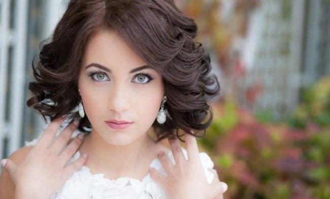 Прически на средние волосы в виде плетений пользуются в свадебной стилистике неизменной популярностью. Они хороши тем, что делают акцент на индивидуальности