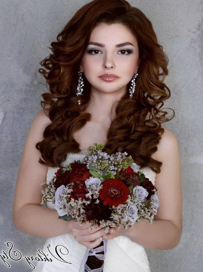 Невеста в ней напоминает принцессу из сказки. Такой аксессуар хорошо смотрится на длинных волосах. Элементы прически невесты не должны загромождать диадему,