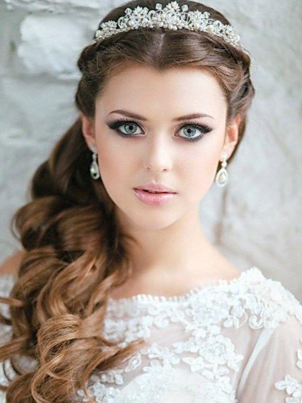 А ухоженные, блестящие, длинные да еще и аккуратно уложенные в прическу волосы делают невесту настоящей принцессой.