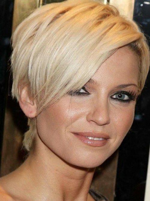 Прическа обычно делается на короткие и средние волосы и идет овальным, прямоугольным, удлиненным типам лица. Структура волос может быть любой,
