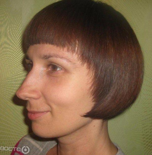 Прямоугольность лица отлично скроет длинная прямая, густая чёлка. Хорошим вариантом стрижки для такого типа лица является «боб».