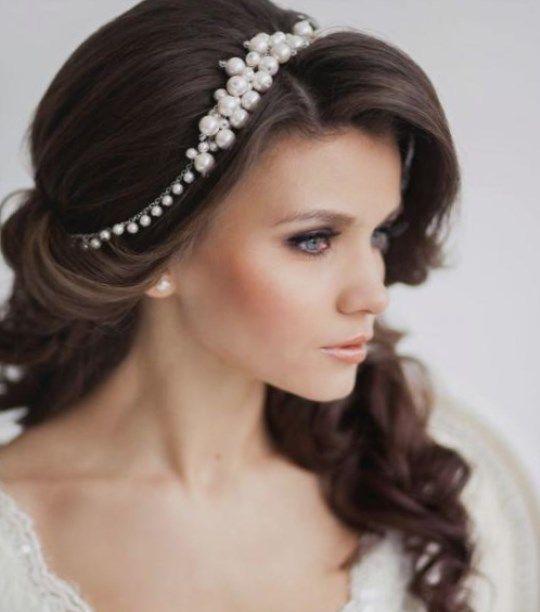 Челка в свадебной прическе на длинные волосы может откорректировать лицо и придать лицу невесты яркости и выразительности