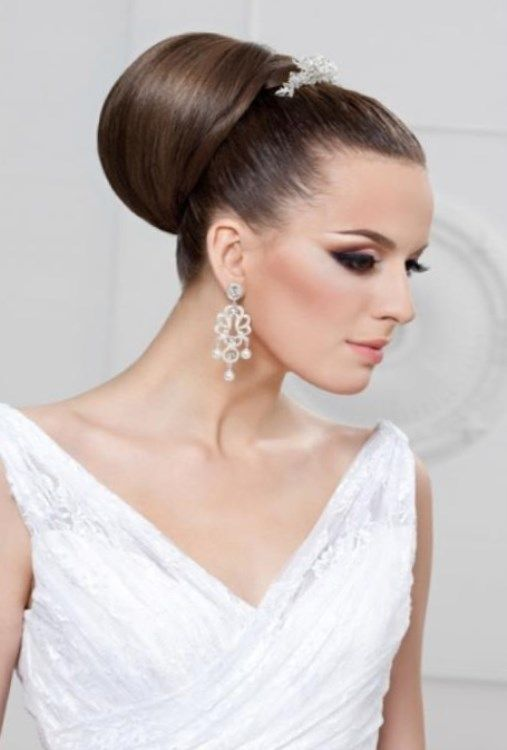 Для девушек, которые не любят ограничений, авангардный стиль предлагает на свадьбу ассиметричные прически без фаты. Здесь разрешается применять необычные