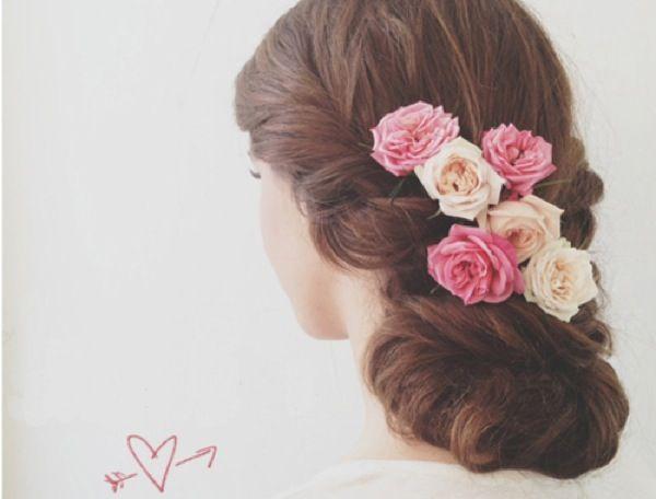 Романтическая прическа с живыми цветами