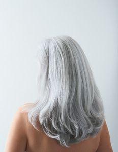 С сединою на висках: почему появляются седые волосы