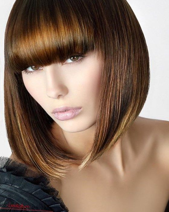 Это могут быть мягкие волны или крупные локоны на длинных волосах или густая челка до бровей, зрительно укорачивающая высоту лица.