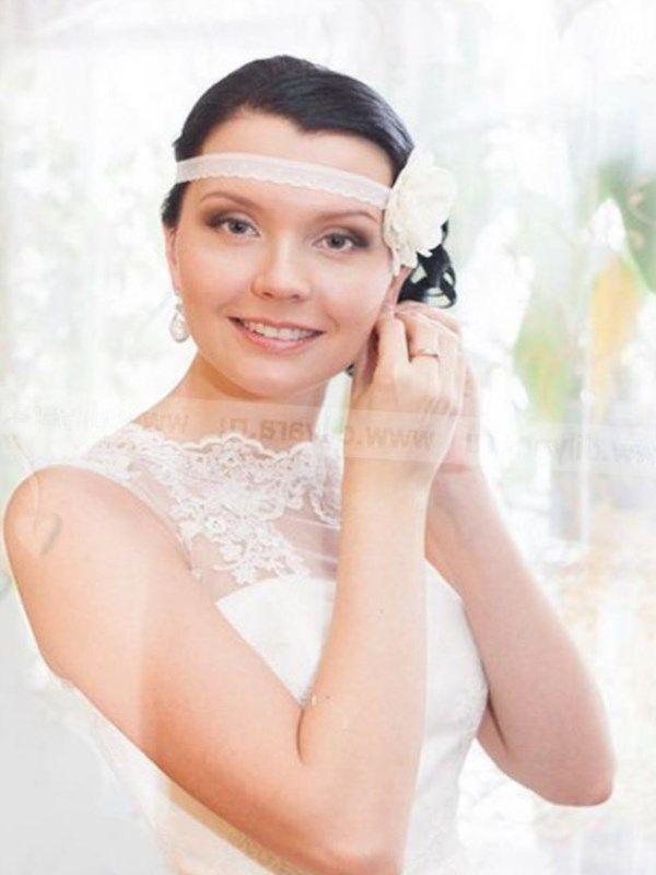Услуги: Аэромакияж и прическа: длина волос до плеч (800 грн), ниже плеч (900 грн), по лопатки (1000 грн), по поясницу и ниже (1100 грн).