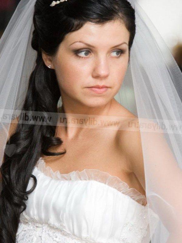 В прическе в греческом стиле некоторые пряди подняты. Остальные падают на плечи и в волосах обязательно должны быть цветы или листья.