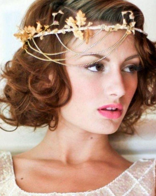 Классический пучок, почитаемый среди многих стилистов, является самым удачным исполнением для вечерних причесок на средние волосы.
