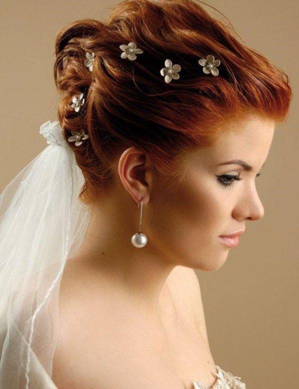 Располагаться волосы, которые собраны в праздничный хвост, могут как сзади, так и на боку, на одном плече. Прическу можно украсить яркими аксессуарами,