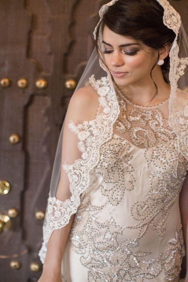 Образ невесты должен быть продуман от начала до конца и выбор прически играет в нем немаловажную роль. Свадебные прически с длинной фатой всегда просты и