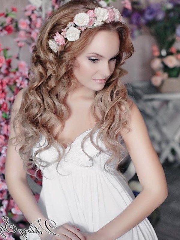 свадебная прическа с венком. Наравне с фатой и такими элементами, как диадема и ободок, современные невесты используют венок из цветов.
