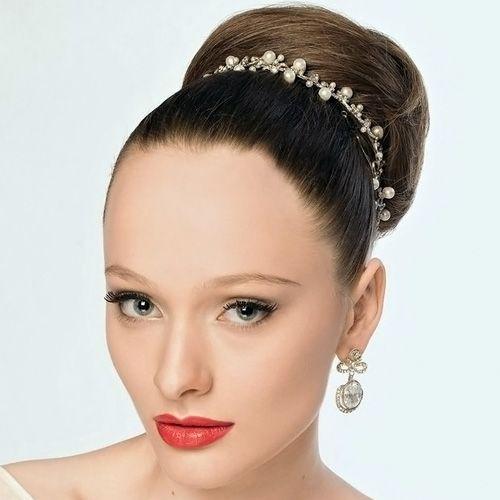 модная высокая свадебная прическа с повязкой